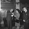 Burgemeester Thomassen, terwijl hij iets overhandigt aan de echtgenote van John , Bestanddeelnr 918-2944.jpg