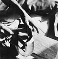 COLLECTIE TROPENMUSEUM De vervaardiging van sandalen uit oude autobanden TMnr 20010576.jpg