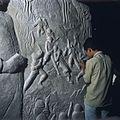 COLLECTIE TROPENMUSEUM Een student op de kunstacademie ASRI (Akademi Seni Rupa Indonesia) tijdens een les beeldhouwen TMnr 20018453.jpg