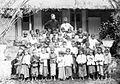 COLLECTIE TROPENMUSEUM Portret van missionaris pastoor De Nateris met een groep schoolkinderen TMnr 10001002.jpg
