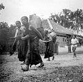 COLLECTIE TROPENMUSEUM Vrouwen opweg naar de markt (pasar) te Plaosan bij Saradan Madiun Oost-Java TMnr 10002892.jpg