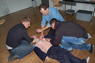 Resusci Anne - Image: CPR mit defibrillator