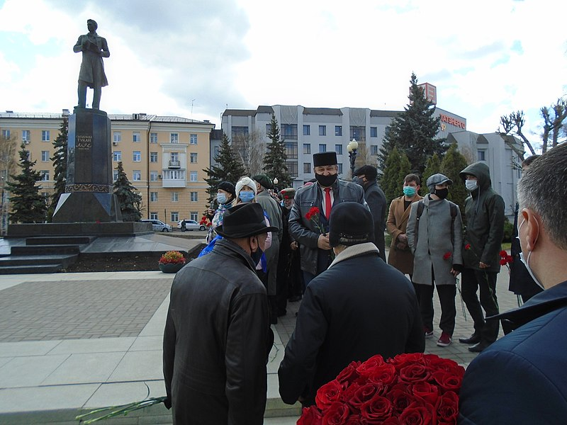 Ceremony of laying flowers at the Gabdulla Tukay monument (2021-04-26) 24.jpg