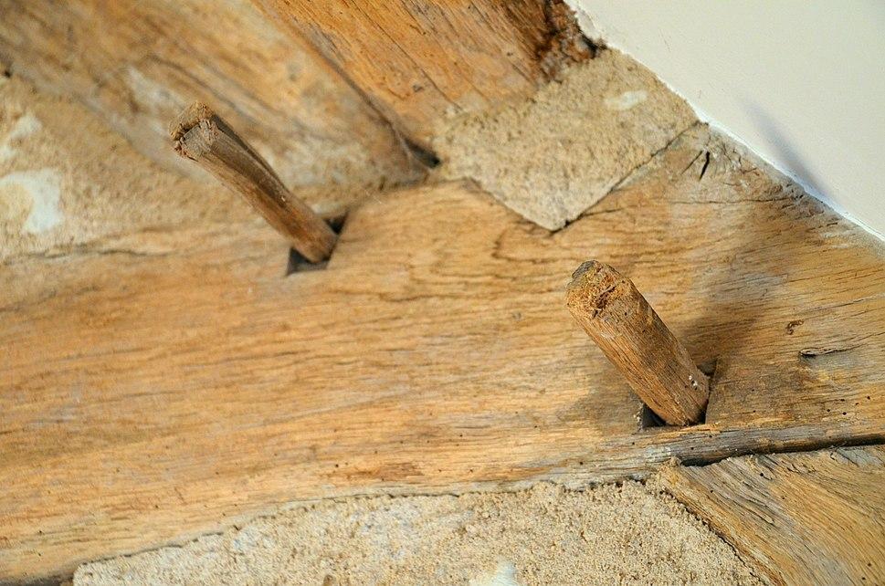 Chevilles en bois dans une charpente ancienne