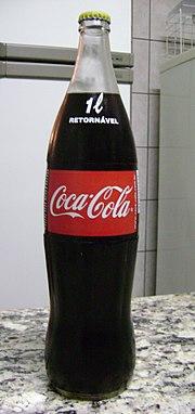 Garrafa de 1 litro de Coca-Cola retornável, que voltou a ser prioridade para a empresa no ano de 2008. O retorno da comercialização em massa no Brasil tem fins de diminuir o consumo do mesmo produto, só que descartável, o plástico