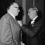 Cornelis Constantijn van Valkenburg en Prins Bernhard (1980).jpg