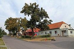 Džbánice, náves (2016-09-28; 03).jpg
