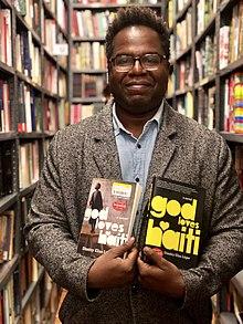 Димитри Элиас Леже в книжном магазине Нью-Йорка