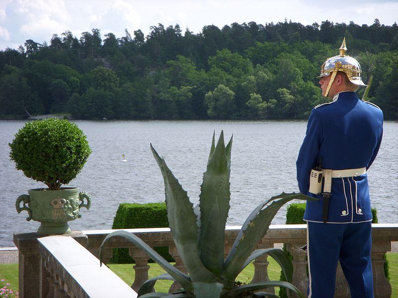 File:Drottningholm vakt 2009.jpg