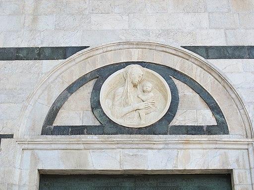 La porta del Perdono del Duomo di Siena, con una copia della Madonna di Donatello