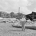 Een man (journalist) poserend bij een houtzagerij, Bestanddeelnr 252-4797.jpg