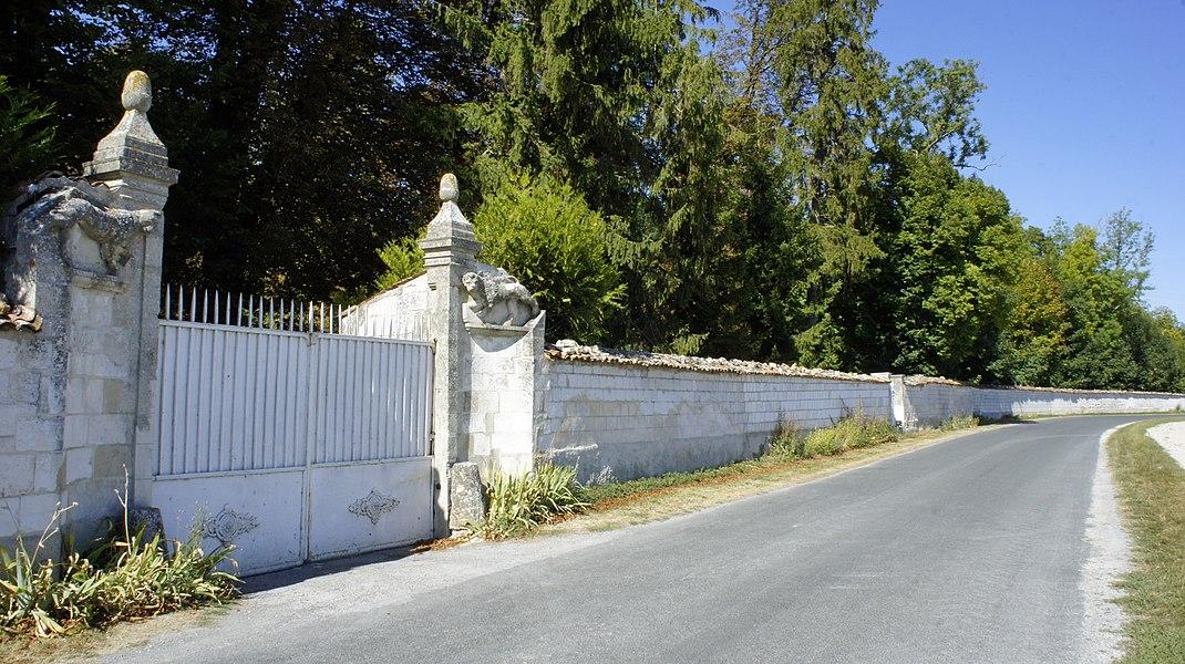 Entrée est du château de Villers qui est classé aux Monuments historiques.