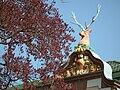 Fassade mit Hirsch und Wappen.JPG