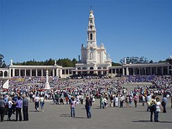 The pilgrims and visitors of Fátima in front of the Shrine of Our Lady