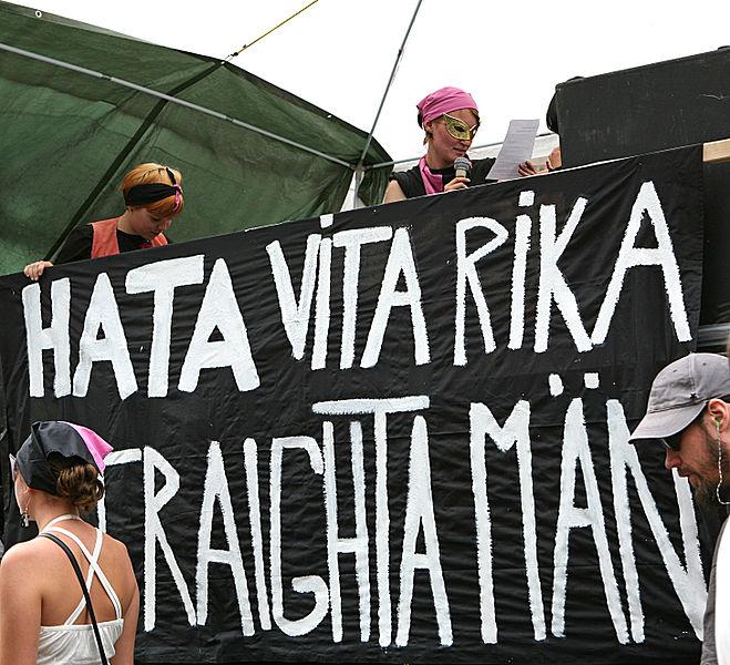 Hat hvite hetero-menn. Bilde fra svenske Gay pride, der radikalfeminster bærer et banner med denne teksten.