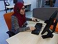 Femme au travail dans un centre d'appel.jpg