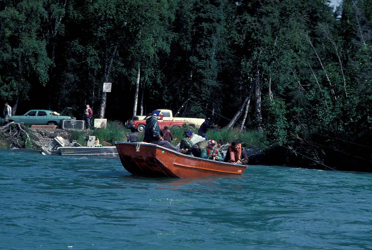 File fishing on river from small wikimedia commons for Best river fishing boat