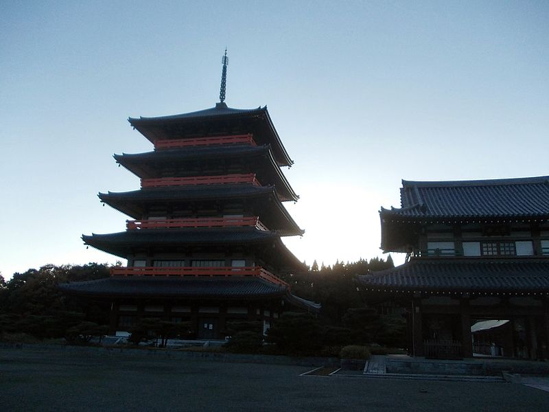 ファイル:Five-story pagoda and Niomon of Rengein Tanjo-ji Okunoin.jpg