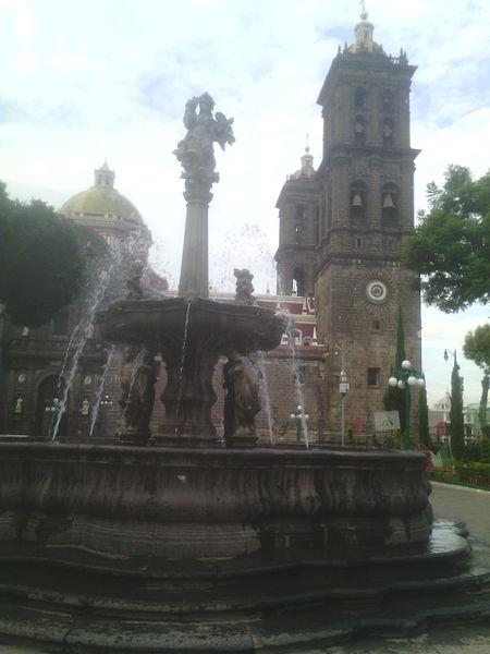 File:Fuente del zócalo (Puebla).jpg