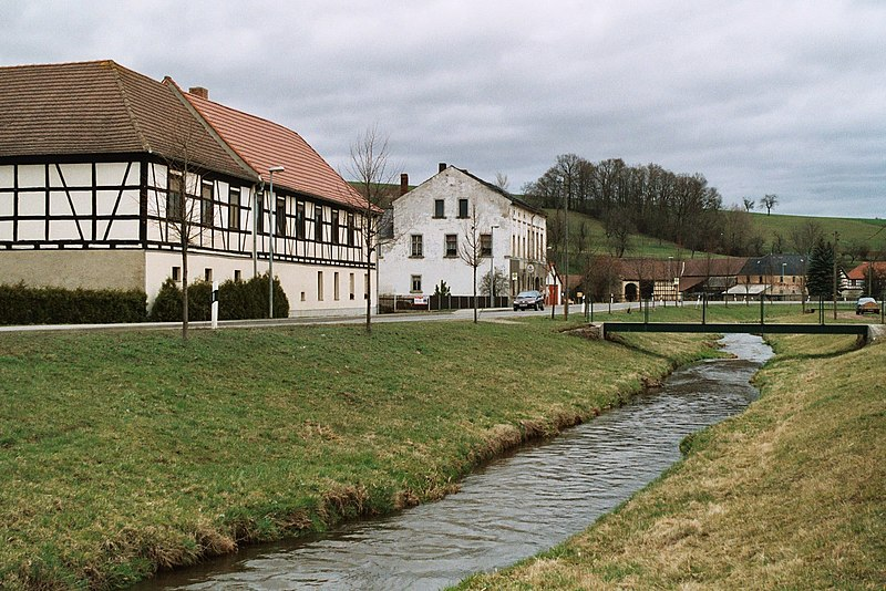File:Geißen (Saara bei Gera), the Saarbach, timber framed farm and the inn.jpg