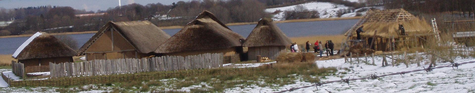 Vista general de la reconstrucción vikinga de Hedeby en la actualidad
