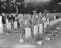 Herdenking Oosterbeek kinderen leggen bloemen, Bestanddeelnr 905-9622.jpg