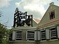 """Het carillon """"de vier koningskinderen"""" aan de achtergevel van het Curacaos Museum.JPG"""