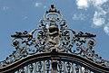 Honosná kovaná brána budovy Úřadu Vlády ČR, detail erbu. - panoramio.jpg