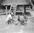Iemand van Van der Polls reisgezelschap speelt een gezelschapsspel (Awari Bangi), Bestanddeelnr 252-6788.jpg