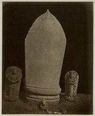 KITLV 28251 - Isidore van Kinsbergen - Stone with inscriptions flanked by two sculptures of Unknown (Unknown) E figures; at the foot of the stone is a Nandi near the residency of Kediri - 1866-12-1867-01.tif