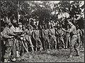 KNIL. Een oefening met machingeweren in een opleidingskamp op Nieuw-Guinea, Bestanddeelnr 29013 013.jpg