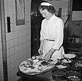 Koks aan het werk in de keuken van restaurant Wivex, Bestanddeelnr 252-9150.jpg