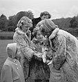 Koninklijk gezin op Soestdijk met hondje buiten, Bestanddeelnr 904-2778.jpg