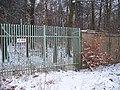 Lány, zeď a plot zámeckého parku.jpg