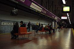 Línea E, andenes de la estación Av. La Plata (Buenos Aires, septiembre 2008).jpg