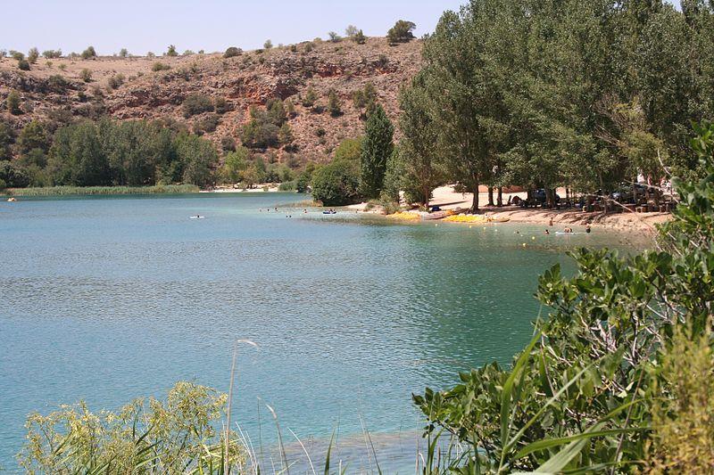 Una de las quince Lagunas de Ruidera, donde la tradición sitúa el origen del Guadiana Alto, uno de los ríos que, en su cabecera, dan lugar al curso del Guadiana. En realidad, el Guadiana Alto nace mucho antes, en Viveros (Albacete, España), donde es conocido como río Pinilla.