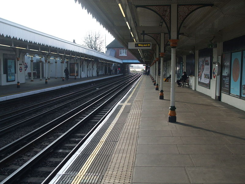 File:Leyton tube west.JPG