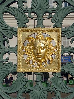 Testa di Medusa, particolare della cancellata di Palazzo Reale.