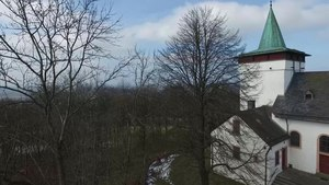 File:Michelsberg, Eifel mit Wallfahrtskapelle St. Michael.webm