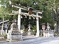 Miyake Hachiman-gū (Kyotō) torii 01.jpg