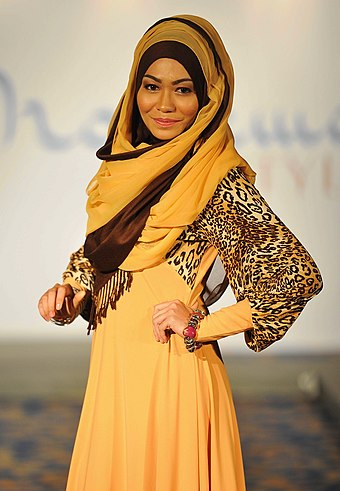 "A model displaying a fashionable hijab at ""Moslema In Style Fashion Show"" (show for Muslim women apparels) in Kuala Lumpur, Malaysia. Moslema in style (8093610616).jpg"