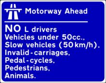 Segnale stradale posto negli accessi delle autostrade irlandesi dove vengono elencate le categorie non ammesse alla circolazione autostradale
