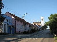 Násedlovice - hlavní ulice s kostelem.JPG