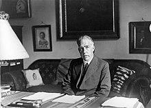 Bohr zit aan zijn bureau