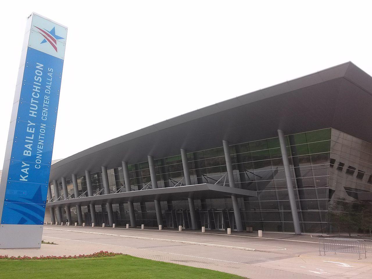 1280px-Palacio_de_Convenciones_en_Dallas.jpg