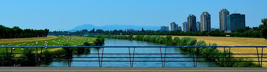 Panoramavy over Sava.   I baggrunden en bro over floden.