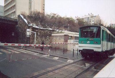 Passage à niveau à Paris 20e pour les métros.JPG