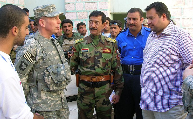 Plik:Petraeus with Iraqi soldiers and civilians.jpg