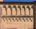 Pfaffenheim, Chor der Pfarrkirche Sankt Martin, Blendarkade und Fries.jpg