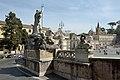 Piazza del Popolo delfino della Fontana del Nettuno dietro a Roma.jpg